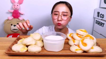国外美女吃播:自制咸味芝士饼,香脆可口