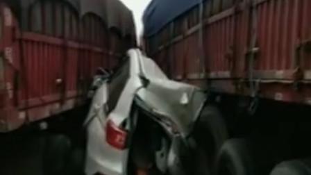 一个超车一个不让 陕西一小车惨被两挂车夹扁