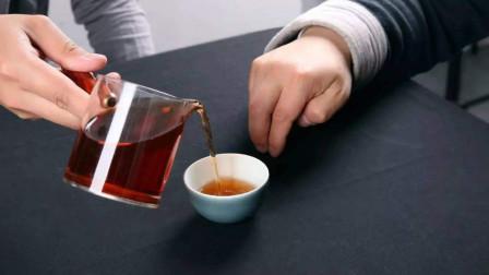 倒茶时对方敲1下桌子和敲3下,到底有什么区别呢?今天算长见识了