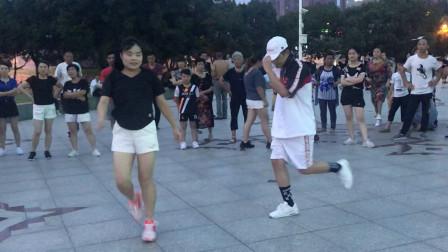 帅哥在广场跳鬼步舞,路过阿姨上来斗舞,谁才是舞王?