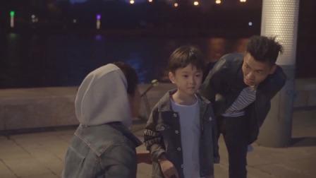 小朋友误闯广场舞现场,撞倒老奶奶竟一声不吭