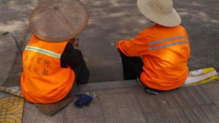 河南杞县环卫工工资拖欠8个月 官方:与外包方协商