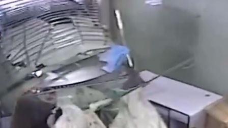 """广西一银行工作人员正加班身后冲进辆车 轰一声玻璃墙倒塌瞬间被""""埋"""""""