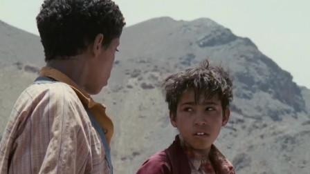两小伙在山顶拿枪试着打汽车,没想到真了