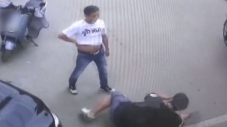 郑州一男子掌掴小区门卫 奇葩母子当众上演摔跤大戏
