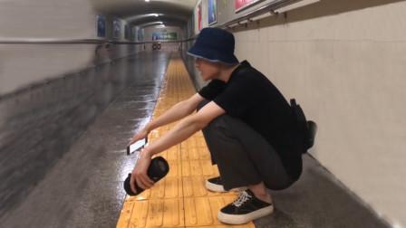 小伙蹲地铁通道,随口一唱《想死又不敢》,没想到竟暴涨百万粉丝!