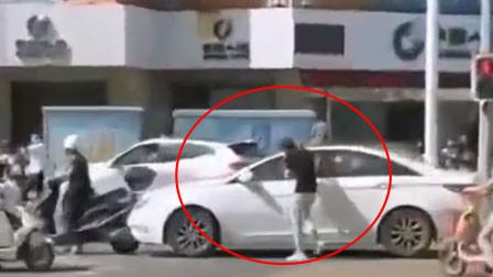 """福州一司机昏迷小车突然""""失控"""" 两路人追车救人"""