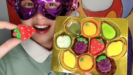 """小姐姐吃""""水果果汁棉花糖"""",迷你造型彩色亮丽,果味香甜韧劲足"""