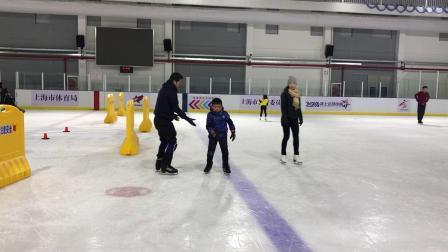 【7岁半】11-7哈哈跟爸爸一起滑真冰,小心翼翼IMG_9270