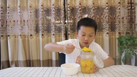 """轩妈不在家,小轩偷吃轩妈""""自制的黄桃罐头"""",没想到味道这么棒"""