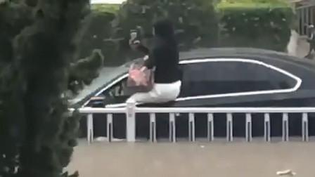 北京密云突降暴雨冲毁路基 女子爱车被淹坐车窗拍视频