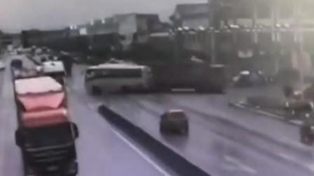 山东一直行客车突然撞上渣土车 镇政府: 3人受伤送医