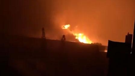 台风夜浙江台州一工厂突发大火 多名消防员连夜扑救