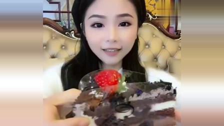 吃货小姐姐,咬了一口黑森林蛋糕后,草莓就掉了,可把她心疼坏了