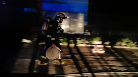 """""""烈火英雄""""在身边! 北京通州一小区六层深夜失火 消防10分钟灭火"""