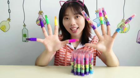 """美食拆箱:妹子吃""""魔指糖"""",多彩糖果套手指,好玩香甜真有趣"""