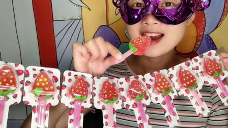 """小姐姐吃""""草莓棒棒软糖"""",趣味造型真漂亮,酸酸甜甜好味道"""