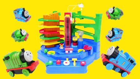 玩托马斯小火车冒险闯关玩具机,把托马斯和培西变小小火车去闯关