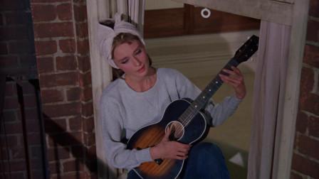 蒂凡尼的早餐:男主写小说,赫本坐在窗边弹唱太美好,致敬经典!