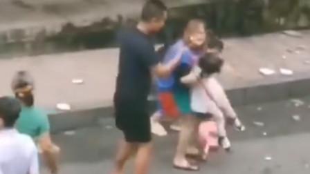 重庆:居民楼墙砖脱落 ,伤过路女孩