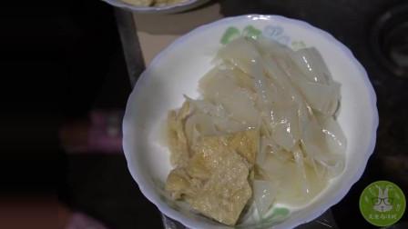 桃子姐用面粉自制凉皮,劲道爽口,两个孩子吃的津津有味