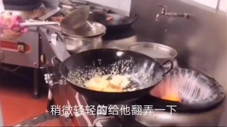 """南瓜怎么做才能达到外酥里嫩呢?大厨教你做""""咸蛋黄焗南瓜"""",出锅颜色好看又好吃"""