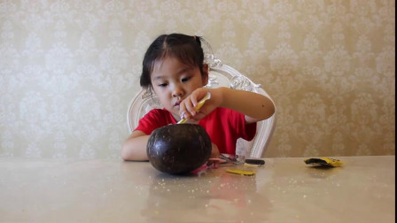 4岁的萌娃吃椰子冻,看着冰冰凉凉的,一定很好吃