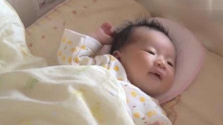 刚睡醒的小宝宝在床上叫了半天,都没有人来理他