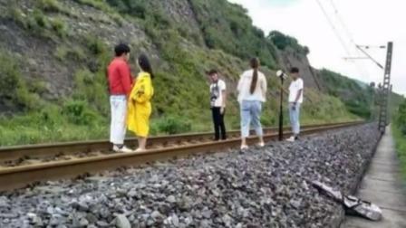 铁路上拍婚纱照 不是浪漫是玩命 每日新闻报 20190810 高清版