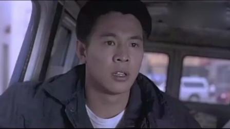 龙在天涯:阿立在路上遇见武术演员阿友,想帮助他,还把他接回家
