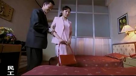 民工第一次和女友住宾馆,刚进门,民工就闲不住了!