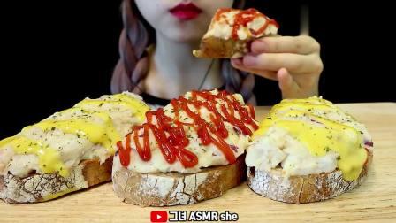 吃播小姐姐,早餐吃点番茄、芝士沙拉面包,看起来非常美味!