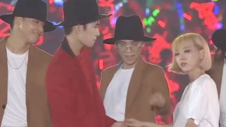 肖战王一博合体跳舞,易烊千玺牵手女伴, 舞这么跳才会更好看