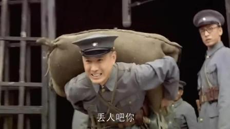 人间正道是沧桑:两个大男人还抬不动八十斤,兄弟吐槽!