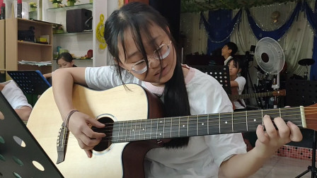 胡乐瑶同学学习吉他视频《小草》