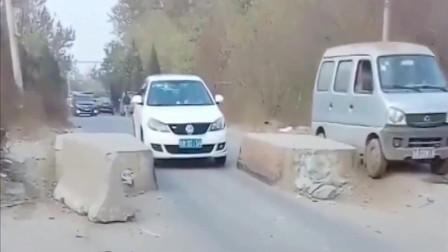 监控:面包车与轿车同时过限宽墩,这差距不是一般大啊