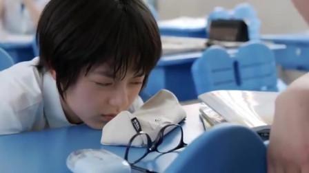 少年派:妙妙不舒服趴在桌上,学霸一看秒懂,立马喊女同学帮忙
