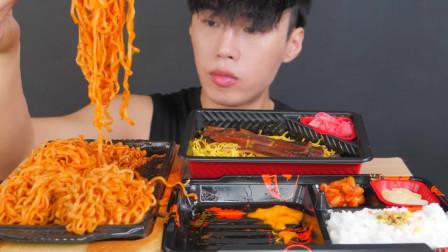 韓國吃貨小哥,吃火雞面、雞腿、米飯,吃得美滋滋,我都饞了