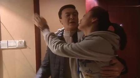 美女跟男友吵架,找老总陪她喝酒!