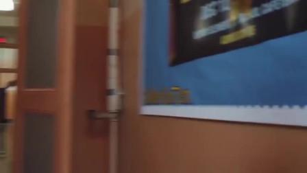 全境警戒:壮汉向露西要来镜子,通过反射来观察拐角的情况