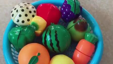宝宝爱玩玩具:蔬菜水果切起来吧