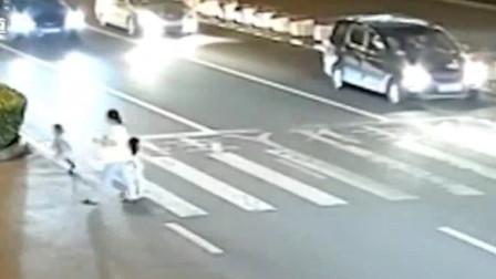 明光:幼童夜晚穿行马路 , 警民暖心找家人