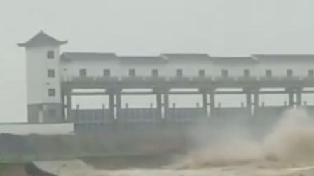 山东董家沟大坝倒塌 实拍房屋被洪水冲塌