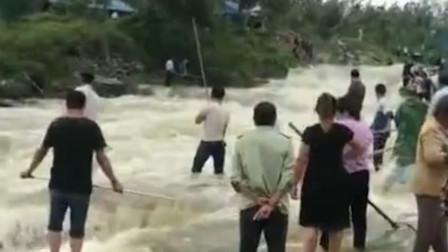 山东临沂马庄水库泄洪 民众泄洪口冒险捞鱼