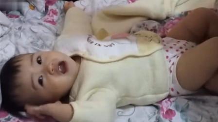 爸爸給寶寶換尿布,畫風真的很清奇了