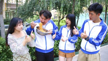 学校考试吃火鸡面,没想学渣吃了一大盆得了满分,真有意思