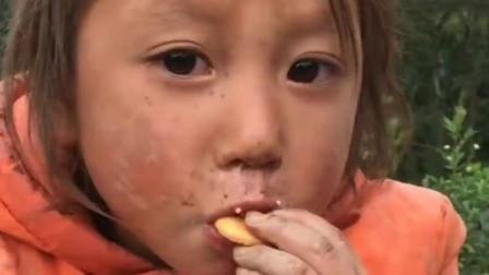农村孩子:妹妹第一次吃这种零食,我觉得她吃东西的样子很美
