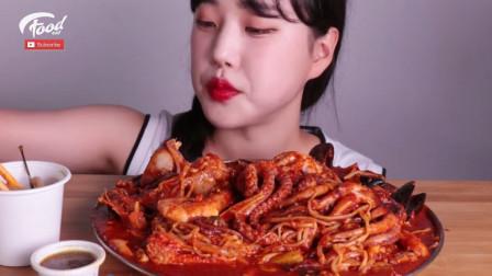 韩国大胃王吃麻辣海鲜锅,章鱼、贻贝和金针菇一起乱炖,真诱人!