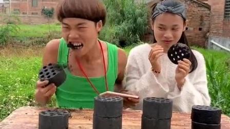 男子看着女子手里的吃的,拿起煤球就咬下,结果这是真的啊!