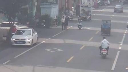 红绿灯 平安行 2019 交通肇事致人 司机开车逃逸撞上花坛